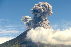 skynews-volcano-indonesia-erupt_4397944